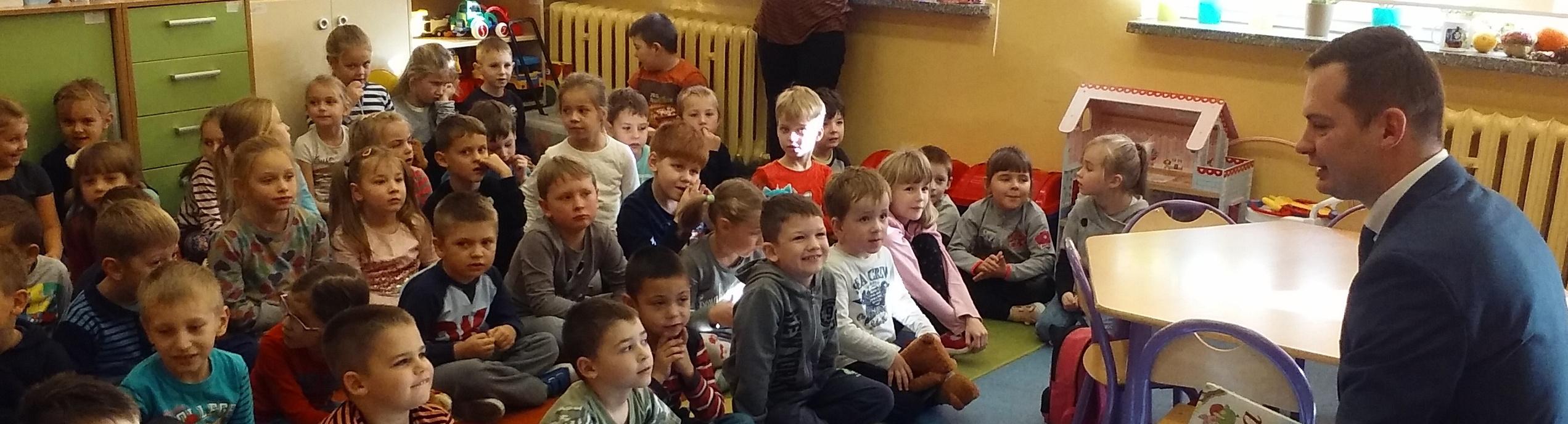 Wójt czyta dzieciom